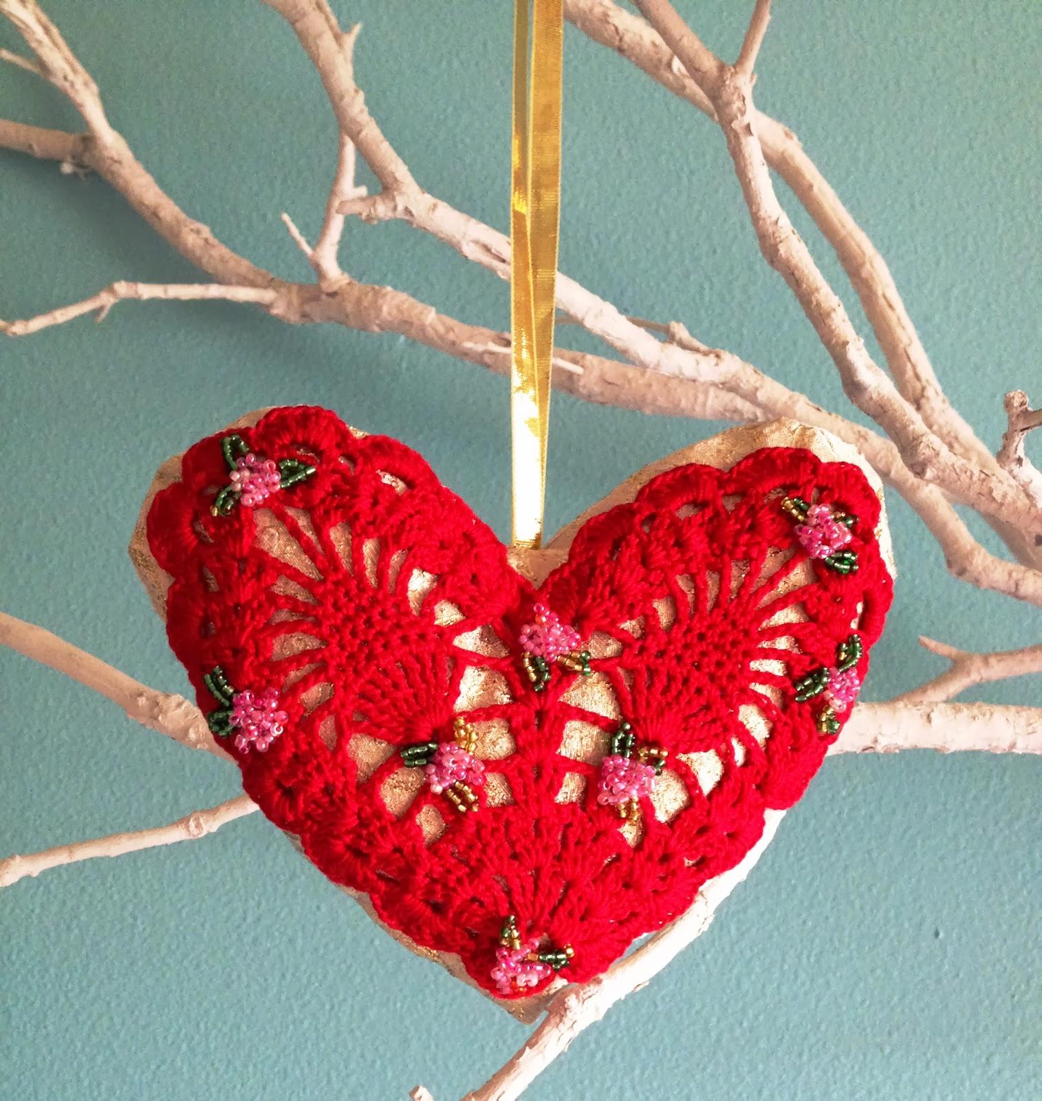 На полученные сердечные подушечки нашила вязаные сердечки.Obtained on valentine heart sewed pillow knitted hearts.