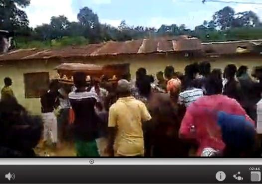 بالفيديو ـ ميت يشير إلى قتلته خلال جنازته.