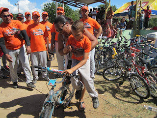 Esteban recibe su bicicleta donada por la Liga Manzanillera