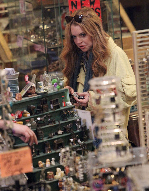Lindsay Lohan funny face in a Vintage Shop in Brooklyn
