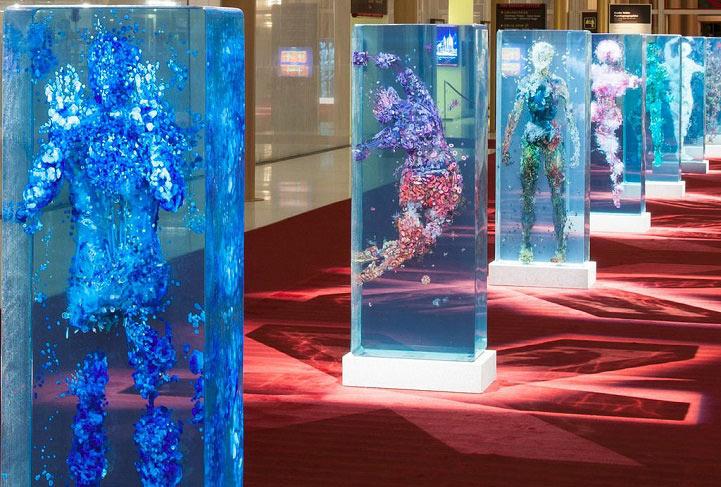 Collages humano tridimensional encerrado en capas de vidrio