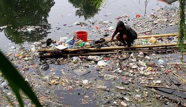 Kumpulan sampah di sungai
