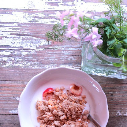 Śniadanie: jogurt naturalny, orzechowa granola, czereśnie
