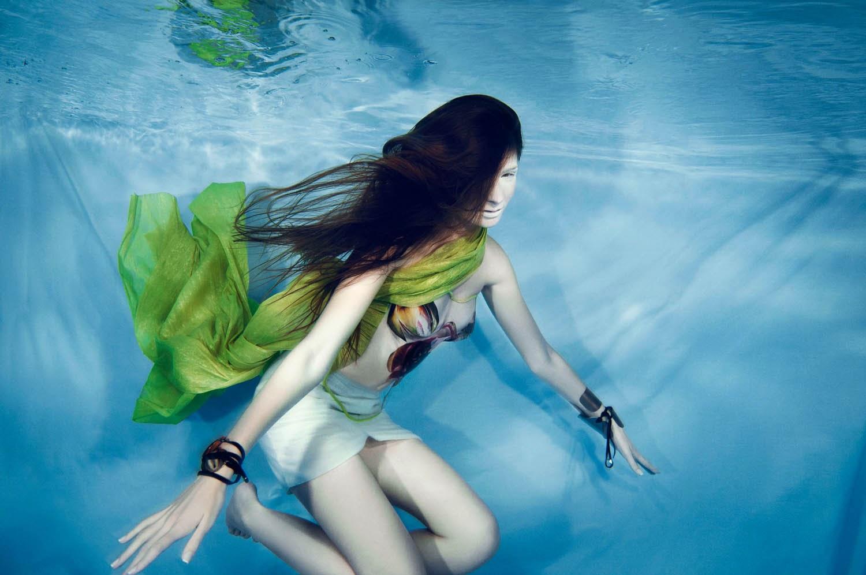 Imagem linda de domingo: editorial de moda embaixo d'água