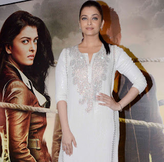 Aishwarya Rai Bachchan in Cute White Leg Split Kurti at Jazbaa Movie Special Screening