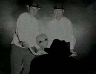 extraterrestre capturado agarrado por los brazos por dos hombres