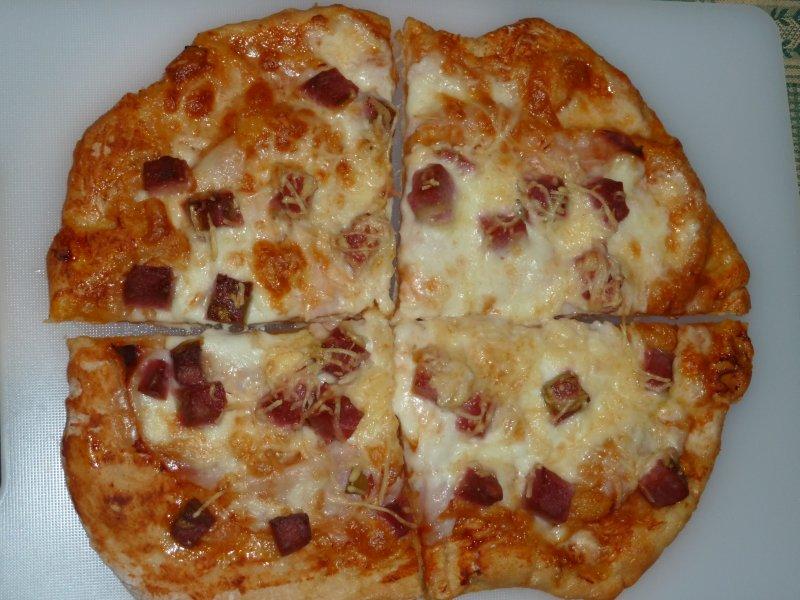Pizza de mozzarella e mortadela com azeitonas
