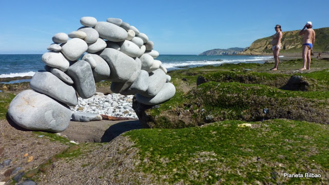 piedras en equilibrio, puente, Gorrondatxe, Azkorri, stone balanced, Planeta Bilbao