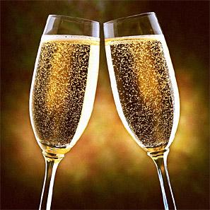skålande glas med innehåll av champagne