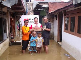 RZ bantu korban banjir Jakarta 2014
