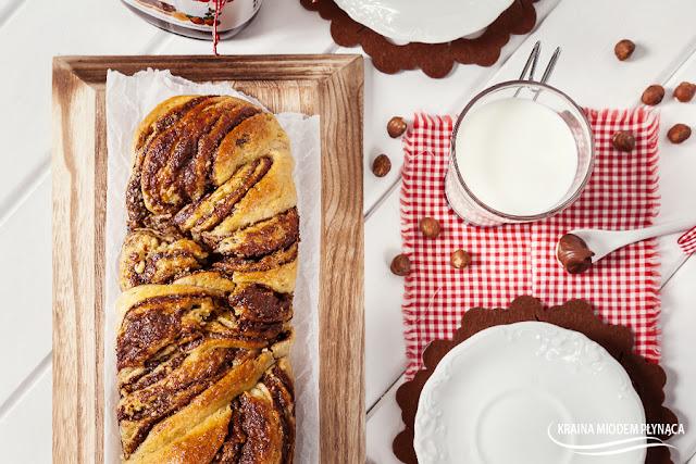 warkocz drożdżowy z Nutellą, ciasto drożdżowe z Nutellą, chałka z Nutellą, jak zrobić warkocz z ciasta drożdżowego, warkocz z czekoladą, ciasto drożdżowe z czekoladą, chałka z czekoladą, drożdże, Nutella, czekolada, kraina miodem płynąca