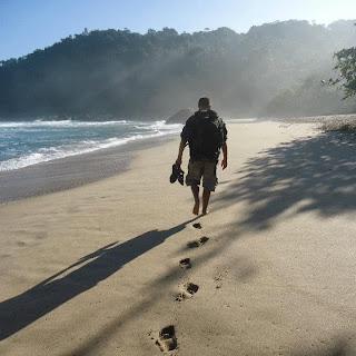 Homem usando sandálias Itapuã
