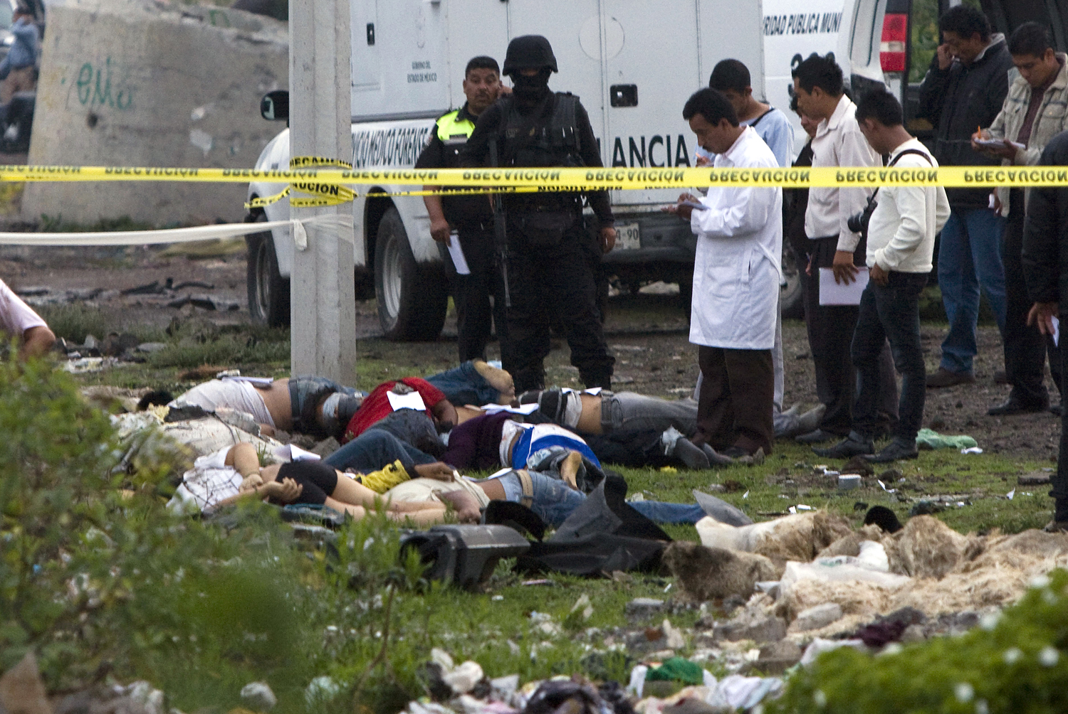 Ten men and one woman were massacred in Valle del Chalco, in the state ...
