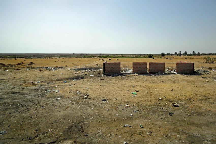 Campo vazio com uma casa inacabada: apenas com as paredes