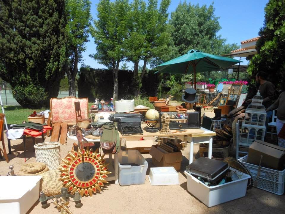 puesto de antigüedades y objetos variados el mercado de la granja