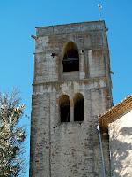 El campanar de l'església de l'Ajuda amb el pis de les campanes d'estil gòtic i l'inferior romànic