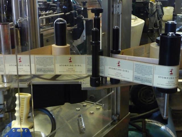 Semi automatic wet glue labeling machine &Halbautomatische Nassleim-Etikettiermaschinen für Flaschen