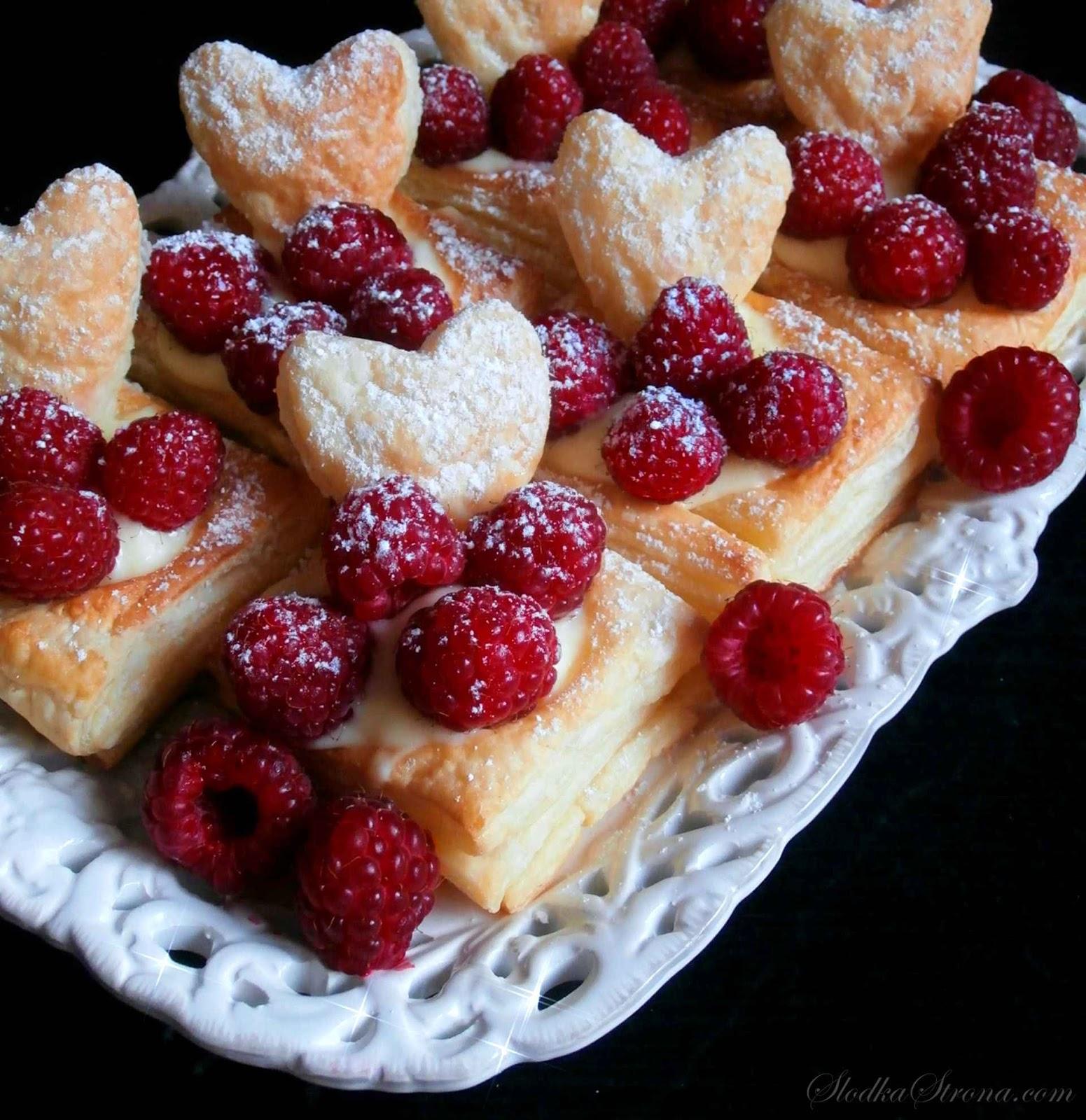 Ciastka z Ciasta Francuskiego z Masą Budyniową i Owocami