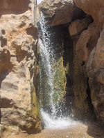 Cascada entre piedras