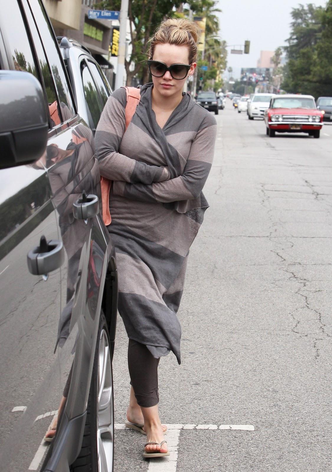 http://4.bp.blogspot.com/-I1Sya8UPJz0/TfLO41wChmI/AAAAAAAAFNY/Jz8v9tWn74U/s1600/35674_Preppie_Hilary_Duff_leaving_a_nail_salon_in_Studio_City_2_122_523lo.JPG