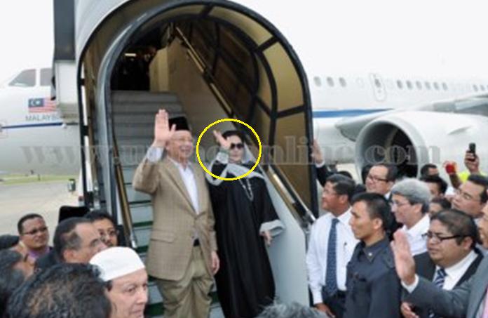Ibadah Fardhu Haji, Rosmah Rela Dedah Aurat, Ketika Naiki Pesawat