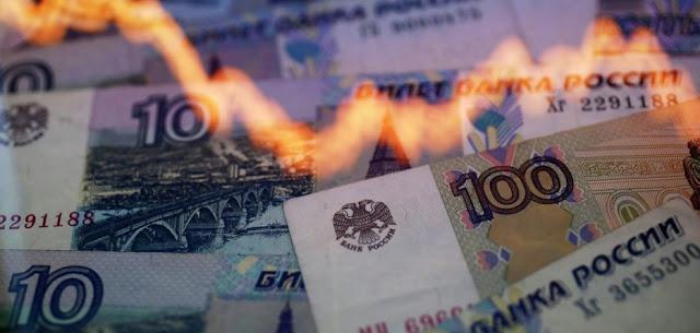 El rublo ruso cae a mínimos históricos en la apertura de la bolsa de Moscú