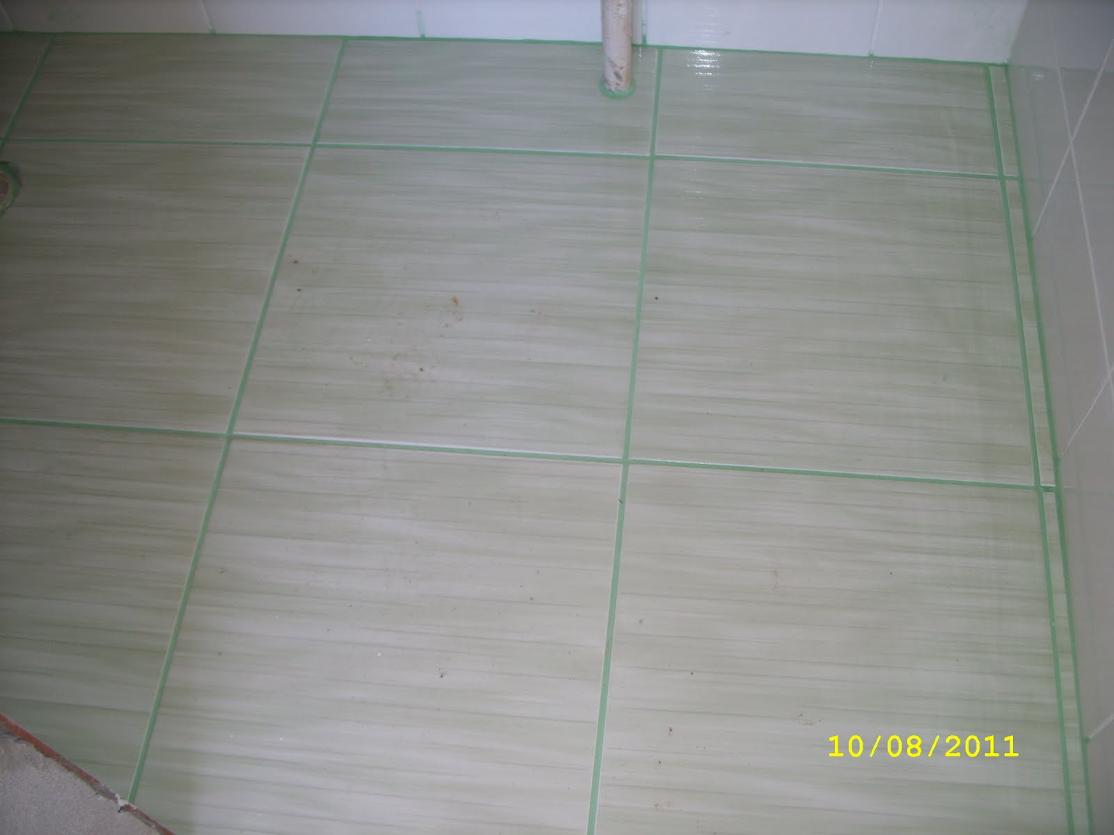 Na suíte optamos por um piso com tons de verde e o rejunte verde  #545D77 1600x1200 Banheiro Branco Com Rejunte Cinza