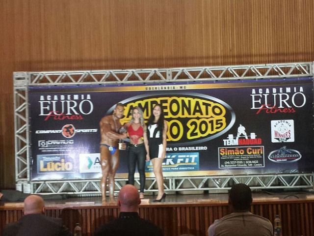 Wisley Valentim recebe o troféu de Campeão Bodybuilding atpe 90 kg. Foto: Arquivo pessoal