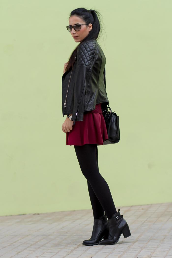 Look con falda granate oxblood y chaqueta biker acolchada de cuero medias opacas 100 den estilismo tendencias blogger valenciana withorwithoutshoes
