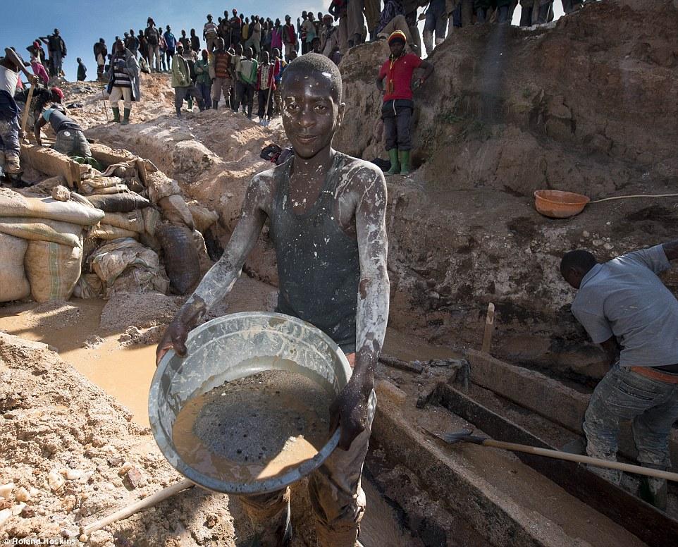 Trabalhador da mina de Luwow no Congo
