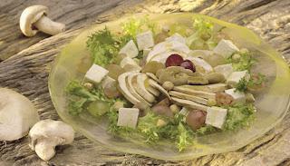 Ensalada de champiñones, escarola, uvas, avellanas y queso fresco