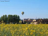 """Un globus aerostàtic enlairant-se sobre les cases de Gurb. Autor: Francesc """"Caminaire"""""""