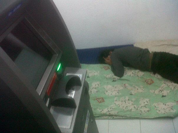 Nginep di ATM, Demi Menikamati Dinginnya AC