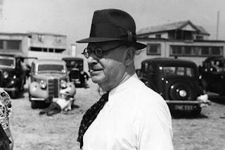 Fotografía de Robert Wiene en 1930. Aparece de perfil y fumando un cigarro