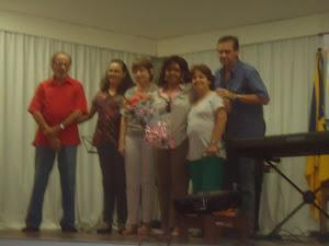 Profa.  Lêda  Margarida Cerqueira Souza, recebendo  homenagens  dos  docentes  do  IMUCSAL