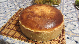 готовый пирог со сливами и творогом