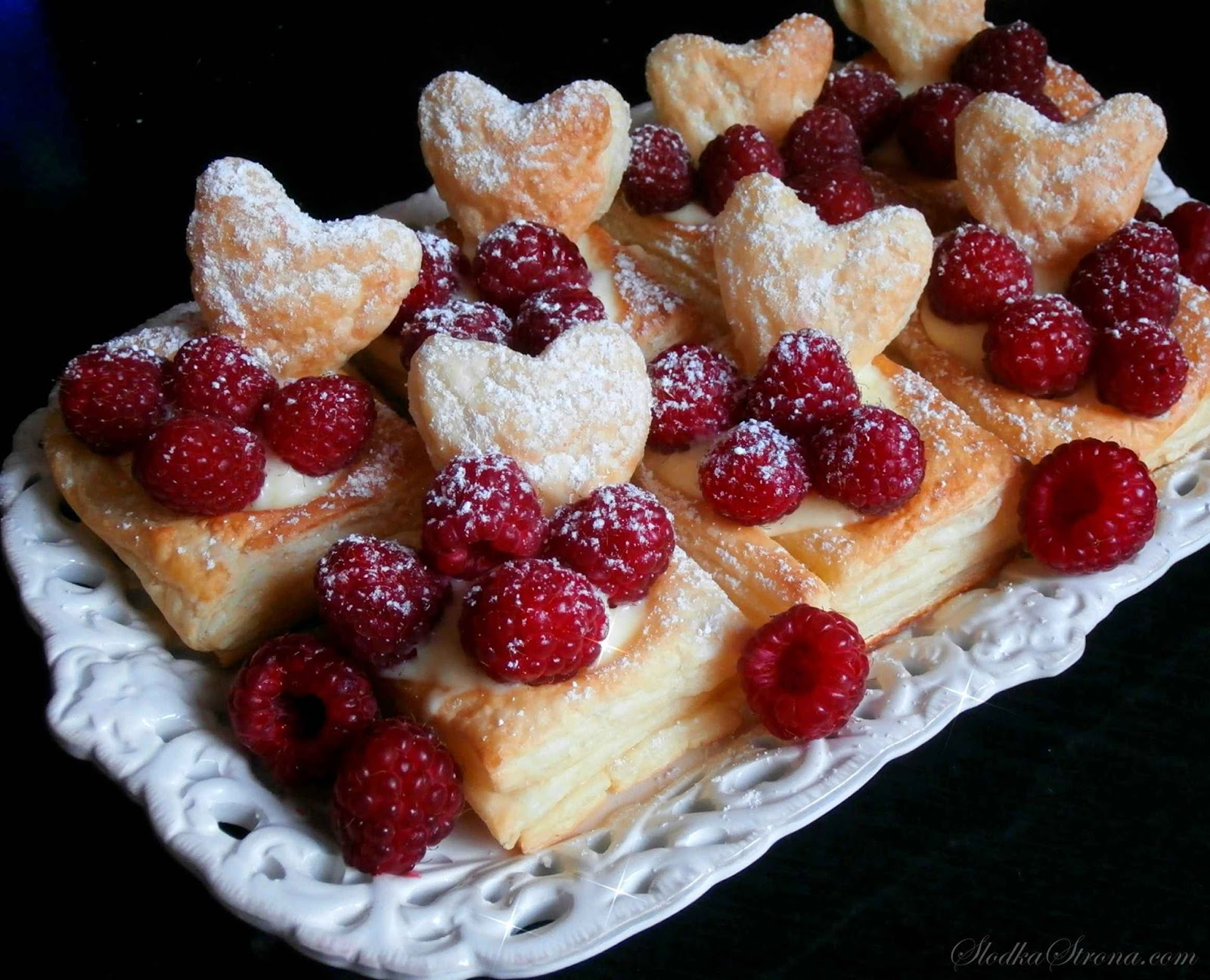 Ciastka z Ciasta Francuskiego z Masą Budyniową i Owocami - Przepis - Słodka Strona