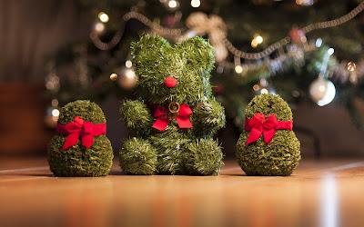 Adornos navideños en postal de Navidad