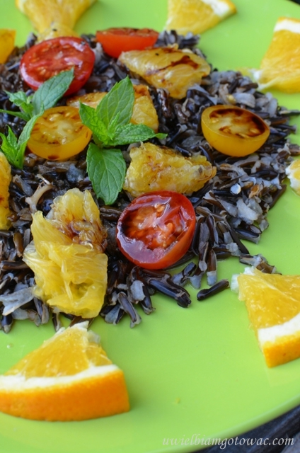 Sałatka z dzikim ryżem, pomarańczą i pomidorkami