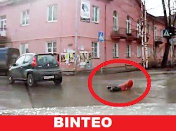 Βίντεο ΣΟΚ - Της έπεσε το παιδί από το αυτοκίνητο!