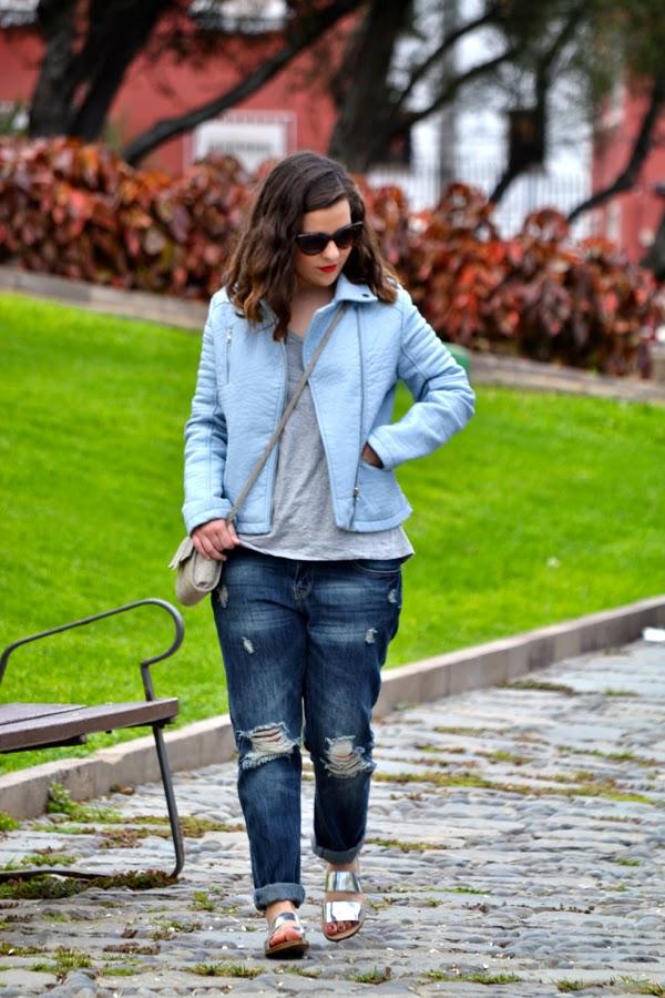 look_outfit_cazadora_azul_bebe_sandalias_plateadas_boyfriend_jeans_lolalolailo_06