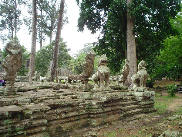 Leones, dragones esculturas Angkor Wat - Camboya