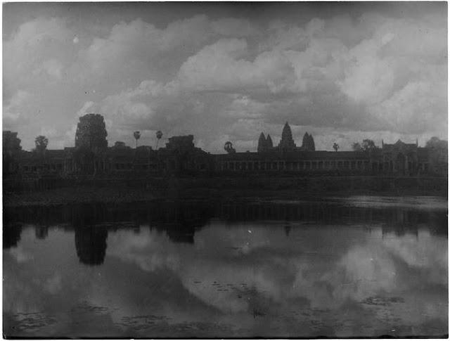 Angkor Vat nuit tombante 1936 ; [ Une étendue d'eau devant le temple d'Angkor ]