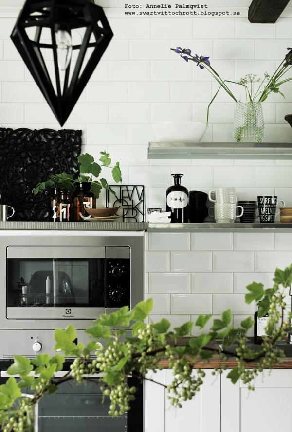 kök, industriellt kök, köket, kökets, kökshyllor, hylla, taklampa döden, svart och vitt, rostfria hyllor, flytande hyllor, new york grytunderlägg, kaffekoppar, köksdetaljer, kök, industri, industristil, inredning, inredningsblogg, blogg, bloggar, vinbär i vas, ta in bär som dekoration,