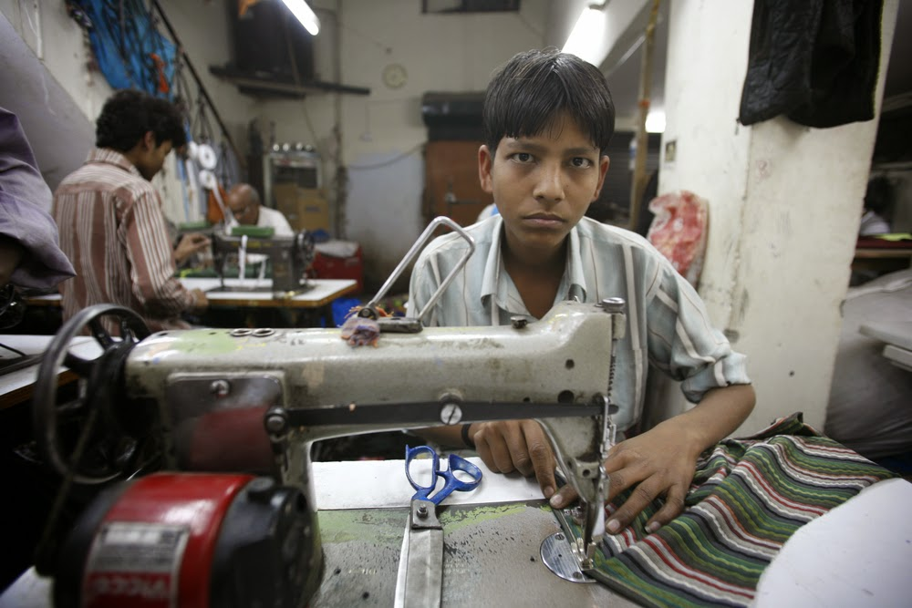 Boy from Bangladesh teased by peers because he sews no Markenklamotten