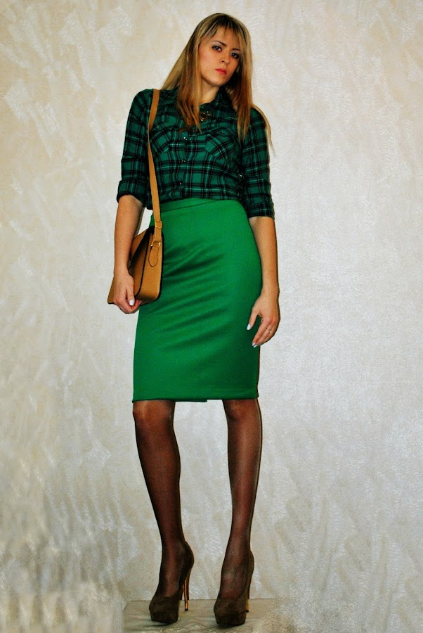 фото зеленая юбка черные чулки