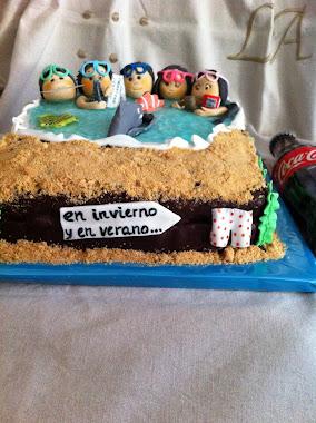 tarta de individuos felices que bucean en familia.