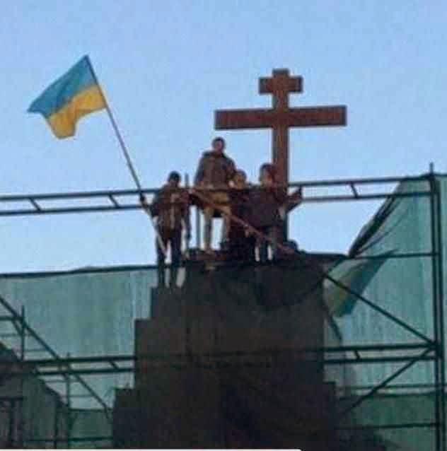 Cruzeiro foi montado no pedestal da demolida estátua de Lenine em Kharkiv.