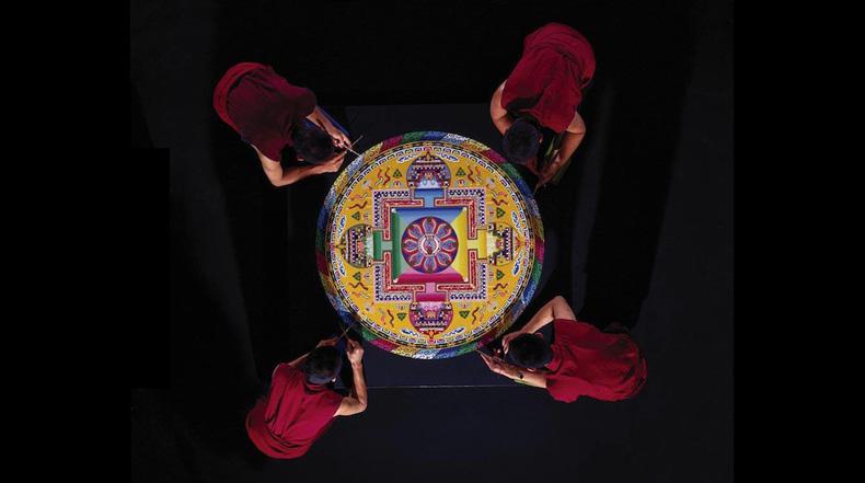 Monjes tibetanos laboriosamente crean increíbles mandalas usando millones de granos de arena