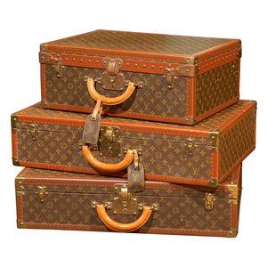 http://4.bp.blogspot.com/-I6mUm4Y9aKA/TiRFzYKoMMI/AAAAAAAAAjQ/xs1D1l13Rd4/s320/LV-suitcases.jpg